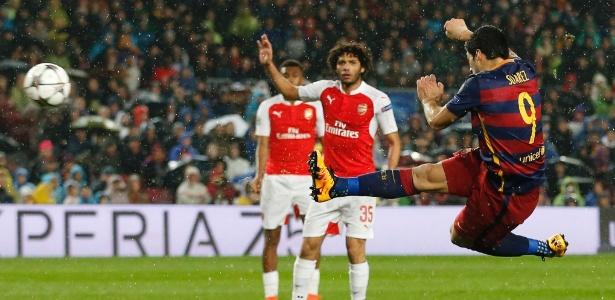 Suárez acerta lindo voleio para marcar o segundo gol do Barcelona contra o Arsenal - Carl Recine/Reuters