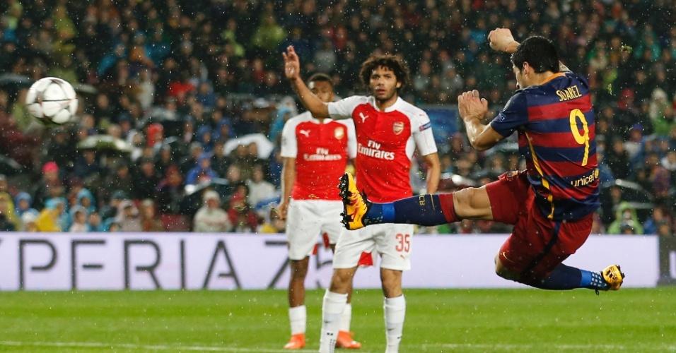 Suárez acerta lindo voleio para marcar o segundo gol do Barcelona contra o Arsenal