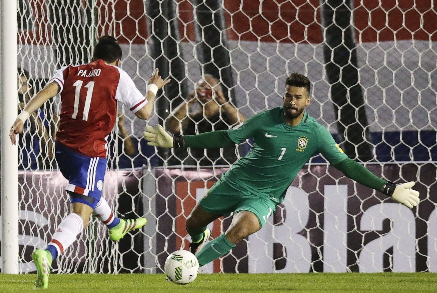 Alisson se posiciona para a defesa na partida do Brasil contra o Paraguai