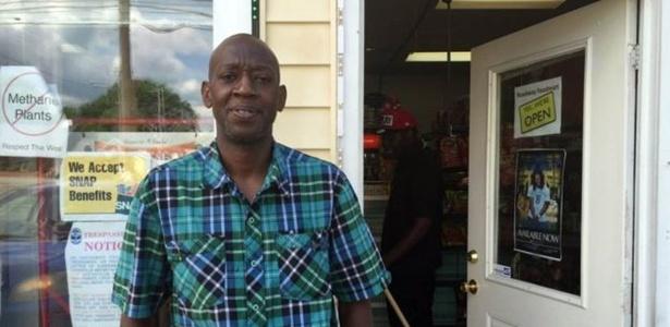Tony Martin do lado de fora de sua loja, que fica perto da casa de infância de Muhammad Ali