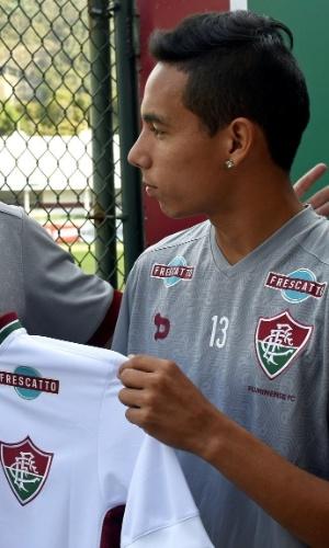 Alexis Rojas recebe camisa do Fluminense de Romerito