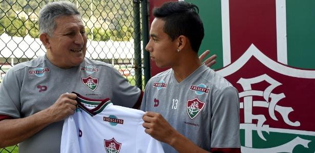 Alexis Rojas recebe camisa do Fluminense das mãos de Romerito