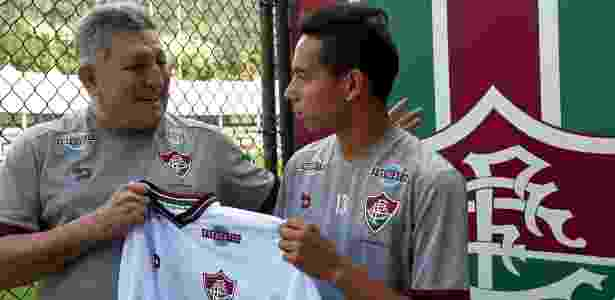 Alexis Rojas recebe camisa do Fluminense das mãos de Romerito - Fluminense/Divulgação