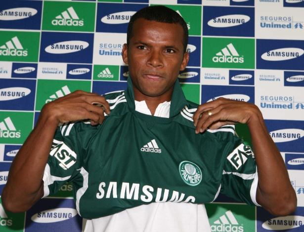 O lateral Vitor se apresenta no Palmeiras, em março de 2010
