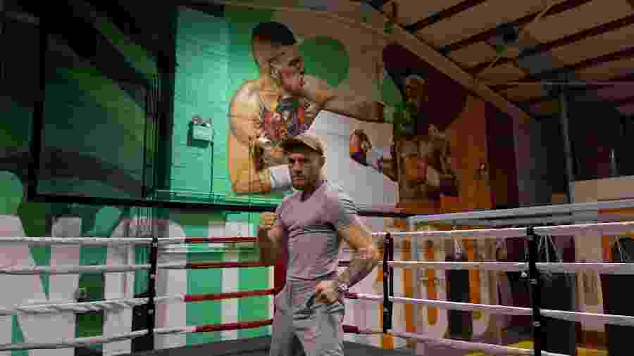 McGregor posa em frente a mural com arte de luta contra Mayweather - Reprodução/Twitter