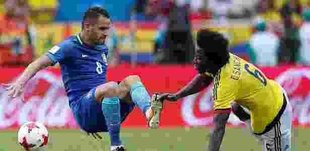 Renato Augusto disputa bola com Sánchez em Colômbia x Brasil - Jaime Saldarriaga/Reuters