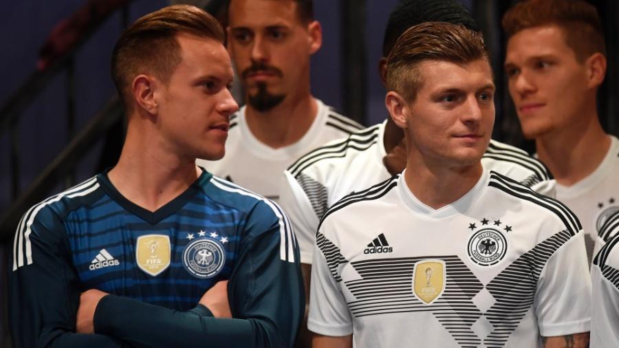 O goleiro Ter Stegen e o meia Toni Kroos vestem o novo uniforme da seleção da Alemanha - Felipe Trueba/EFE