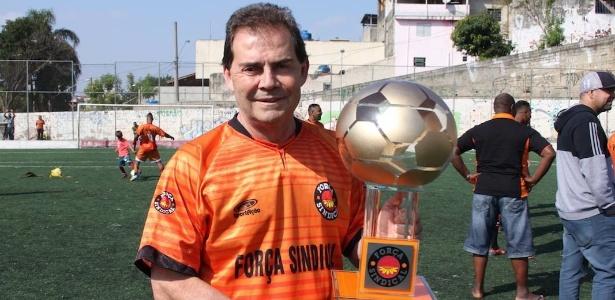 Paulinho da Força exibe troféu oferecido pelo Força Esporte Clube a rivais