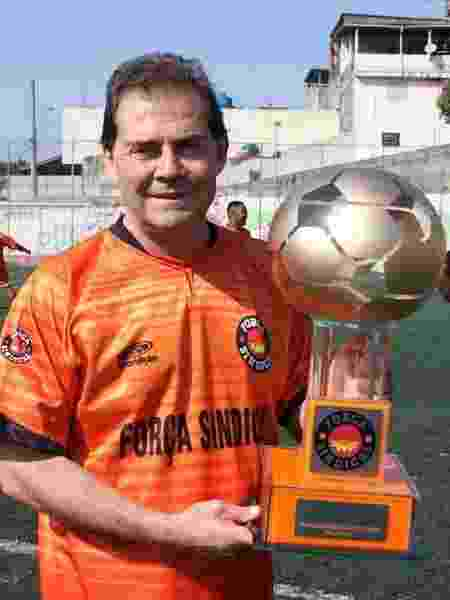 Paulinho da Força exibe troféu oferecido pelo Força Esporte Clube a rivais - Facebook/Reprodução - Facebook/Reprodução