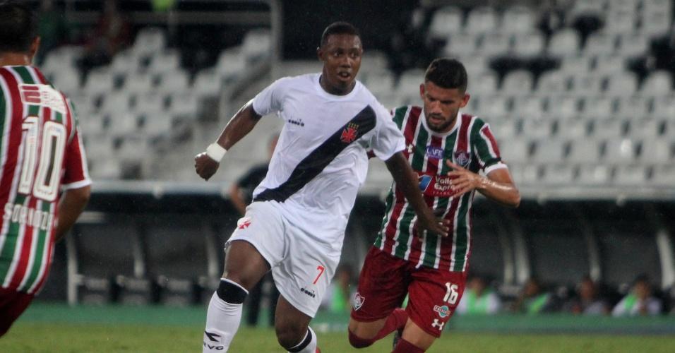 Wellington passa pela marcação de Jadson no jogo entre Vasco e Fluminense