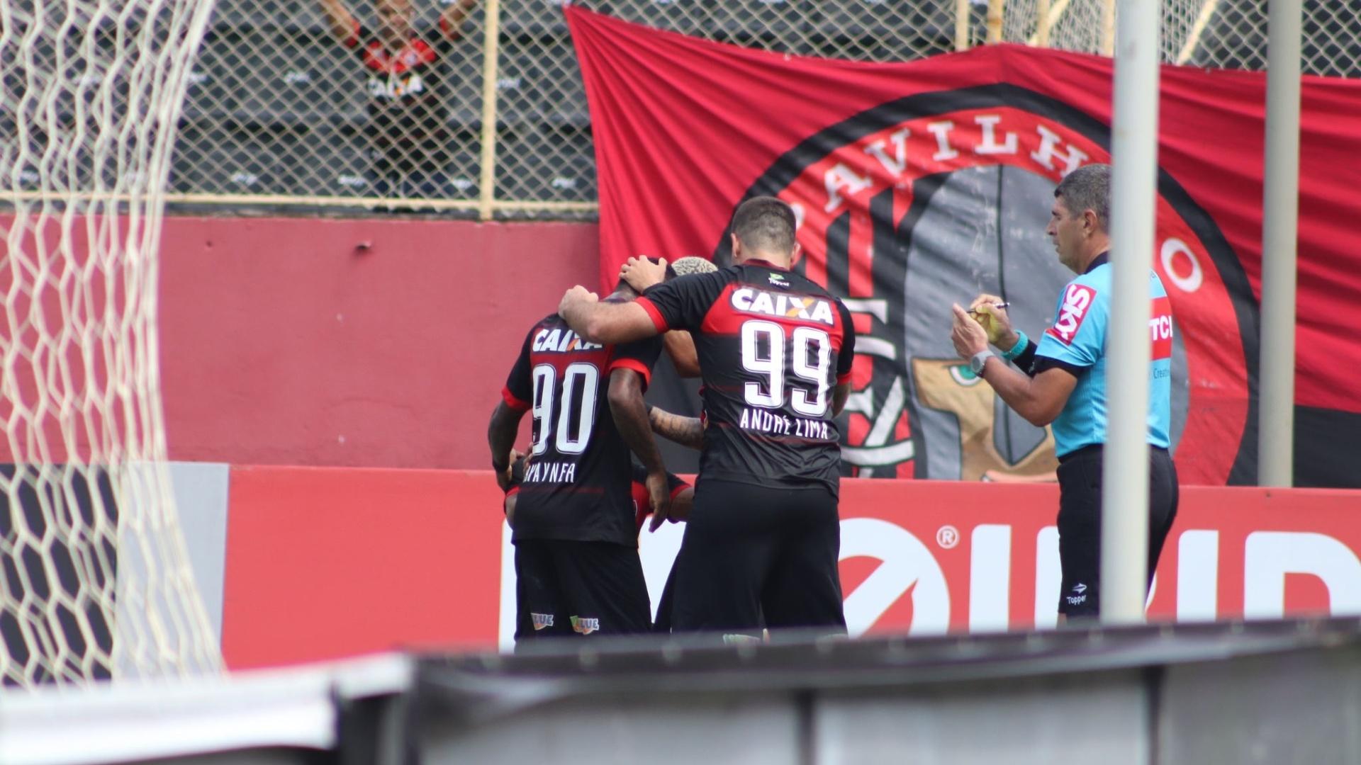 Rhayner e André Lima comemoram gol do Vitória contra o Ceará