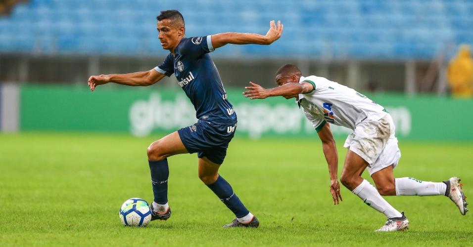 Cícero, do Grêmio, protege a bola de jogador do América--MG