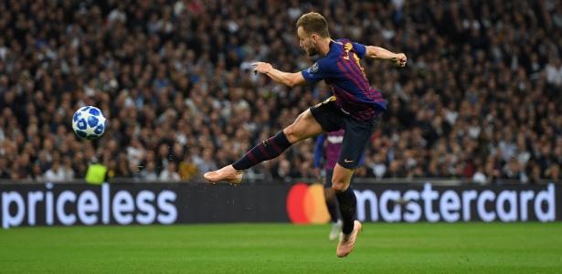 Ivan Rakitic voa para marcar um golaço de voleio no jogo do Barcelona contra o Tottenham