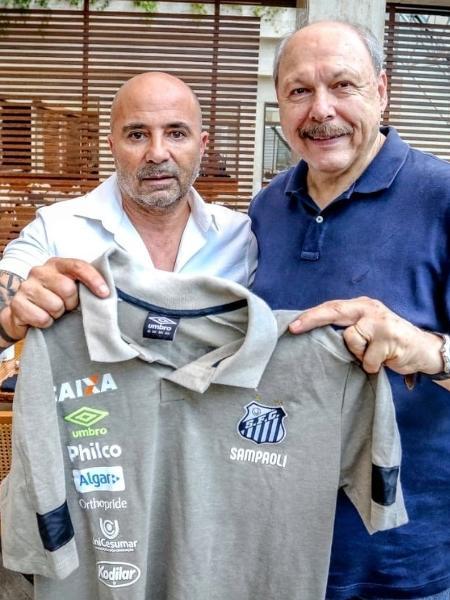 Presidente José Carlos Peres (d) se preocupa em segurar o técnico Jorge Sampaoli (e) no Santos - Divulgação/SantosFC