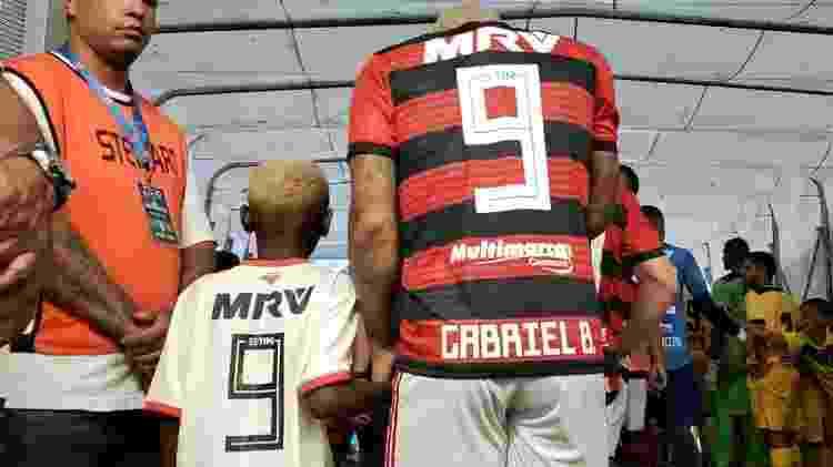 Nego Ney (e) entra em campo com Gabigol (9) antes da vitória do Flamengo sobre o Madureira - Divulgação/Flamengo