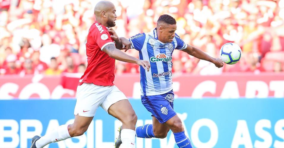Rodrigo Moledo disputa a bola com Patrick Fabiano na partida entre Internacional e CSA pelo Campeonato Brasileiro