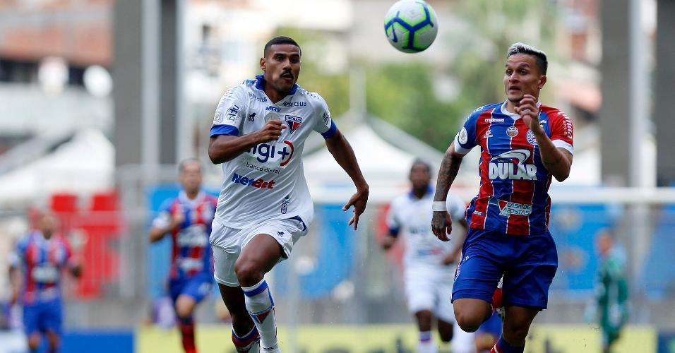 Jogadores disputam bola em Bahia x Fortaleza