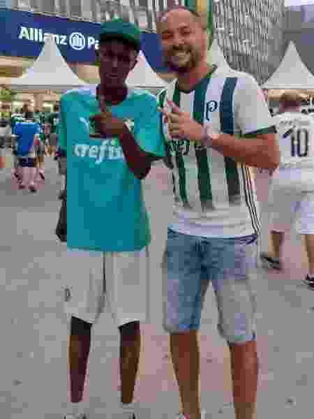 Fábio, morador de rua que torce para o Palmeiras, com Marcos Lopes no Allianz Parque - Arquivo pessoal - Arquivo pessoal