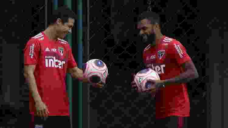 Hernanes e Daniel Alves formam a dupla de meio-campistas ofensivos do São Paulo neste início de ano - Rubens Chiri/saopaulofc.net