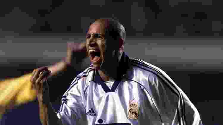Roberto Carlos reclama com a arbitragem durante o duelo entre Corinthians e Real Madrid, que terminou 2 a 2 - Jorge Araújo/Folhapress