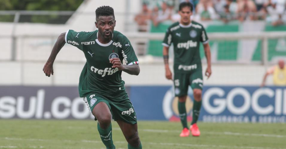 Ramires corre para ficar com a bola na partida do Palmeiras contra o Red Bull Bragantino