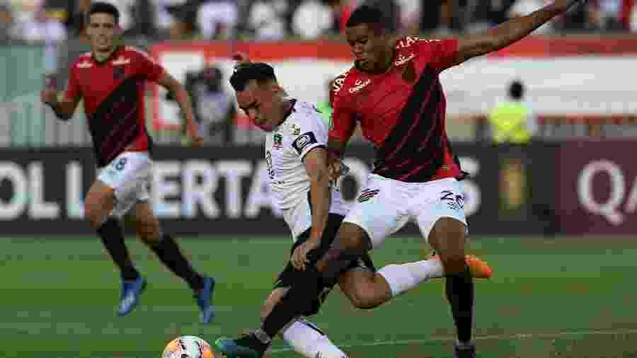 Erick desarma Gabriel Suazo durante partida entre Colo-Colo e Athletico na Libertadores - CLAUDIO REYES / AFP