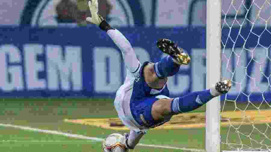 Fábio fez mais um milagre a favor do Cruzeiro e defendeu o 31º pênalti com a camisa estrelada - Gustavo Aleixo/Cruzeiro