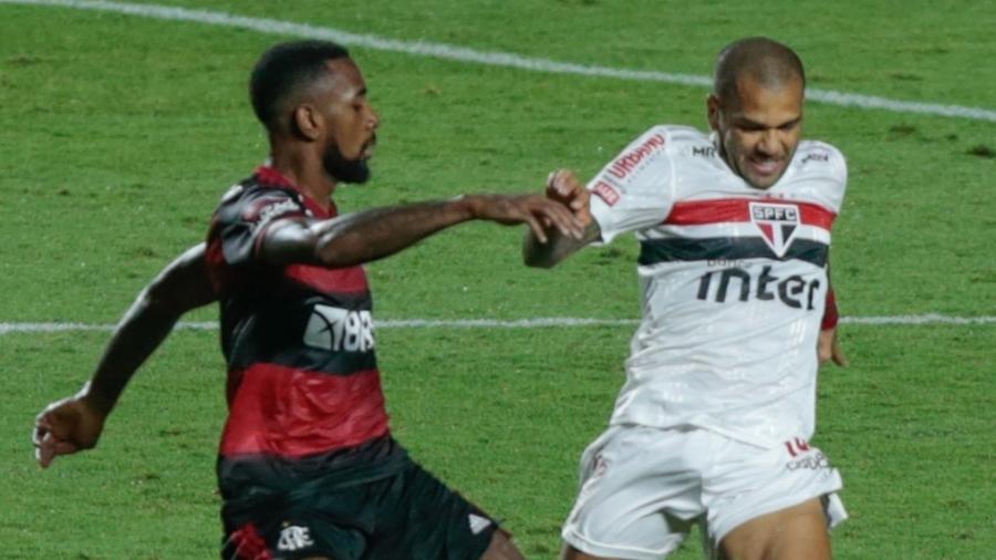 Gérson e Daniel Alves disputam bola durante São Paulo x Flamengo - Marcello Zambrana/AGIF