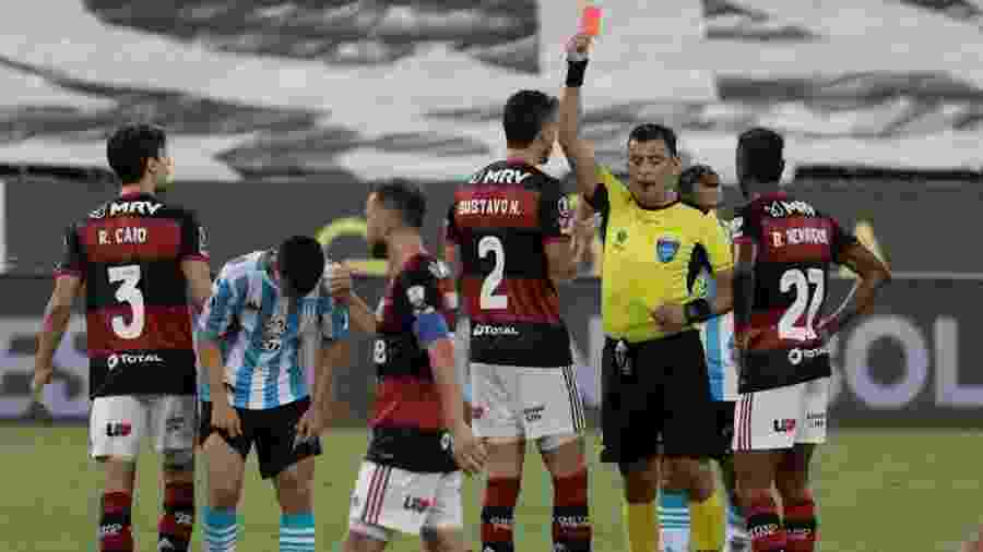 Rodrigo Caio, do Flamengo, reclama após ser expulso contra o Racing - EFE/ Antonio Lacerda POOL