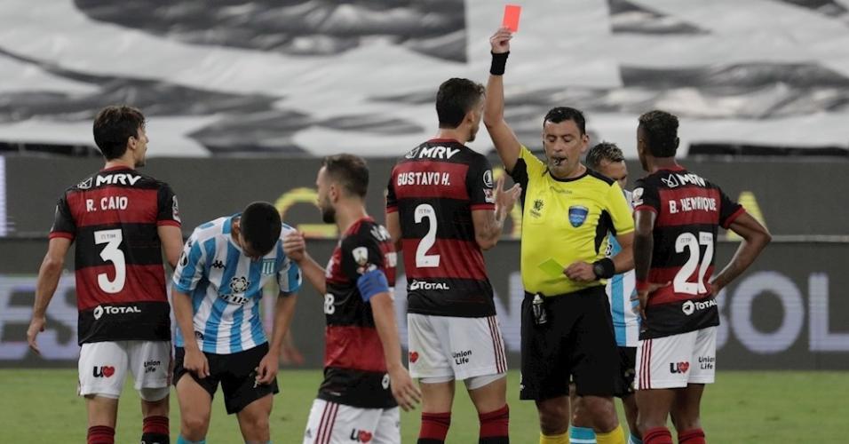 Rodrigo Caio, do Flamengo, reclama após ser expulso contra o Racing