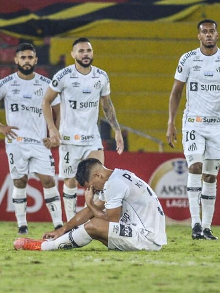 Jogadores do Santos, durante partida contra o Barcelona-EQU, pela Libertadores - Marcos Pin / POOL / AFP