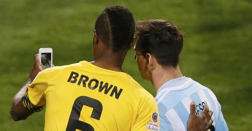 Jogador da Jamaica tira selfie com Messi após vitória da Argentina