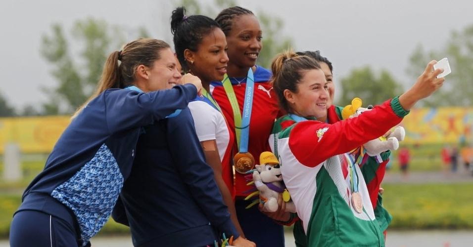 """Depois da cerimônia de premiação da canoagem K2-500m, teve até uma """"selfie"""" entre as medalhistas pan-americanas, do México (bronze), Argentina (prata) e Cuba (ouro)"""