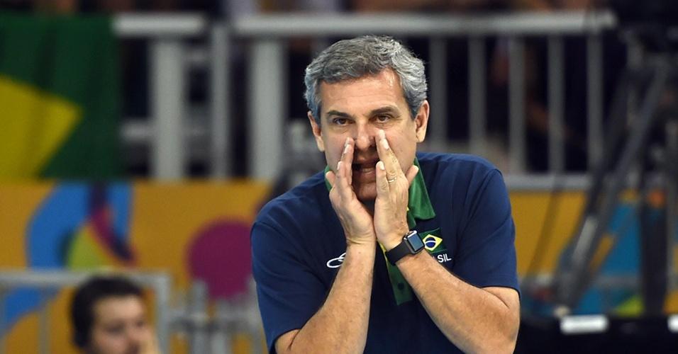 José Roberto Guimarães grita para tentar orientar o time contra os EUA na final do vôlei