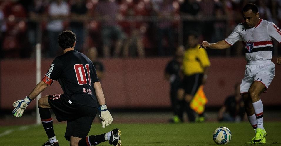 Cafu, no lance em que bateu o goleiro e marcou para o São Paulo de 1992/93, no amistoso de despedida do goleiro