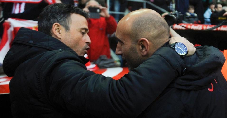 Luis Enrique, treinador do Barcelona, conversa com Abelardo Fernandez, técnico do Sporting, em partida válida pelo Campeonato Espanhol