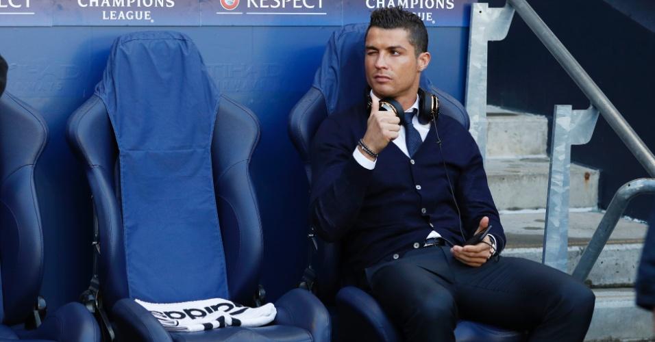 Cristiano Ronaldo gesticula para os fãs do banco de reservas do Real Madrid