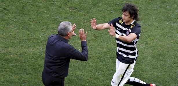 Romero celebra com Tite: surpresa e protagonista diante do São Paulo nos 6 a 1