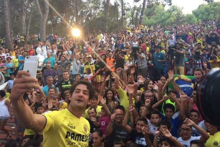 Alexandre Pato tira foto com torcedores do Villarreal