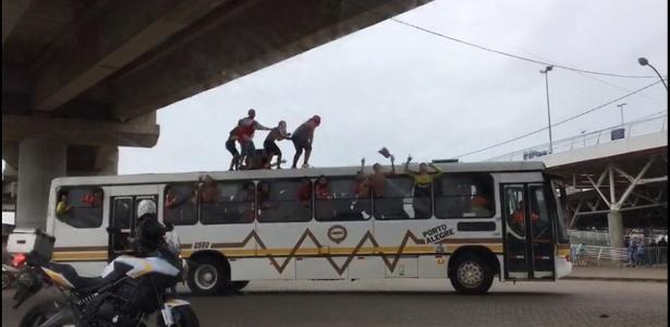 Torcedores do Inter 'surfam' em ônibus antes de clássico Gre-Nal 412