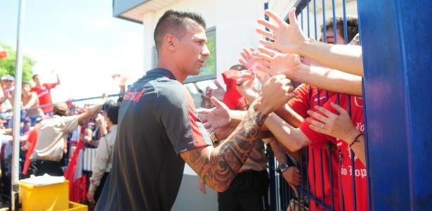 Victor Cuesta cumprimenta torcedores do Internacional em chegada a Porto Alegre