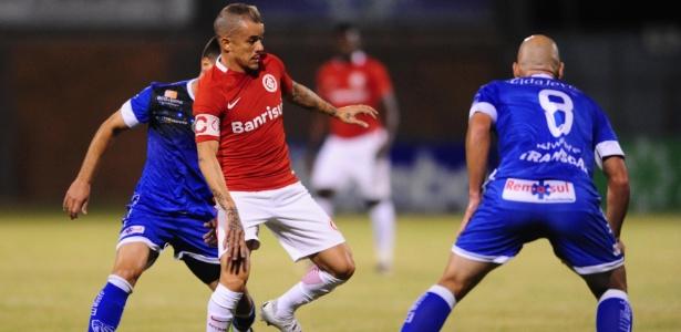 D'Alessandro tenta a jogada em duelo entre Inter e Cruzeiro-RS pelo Gauchão