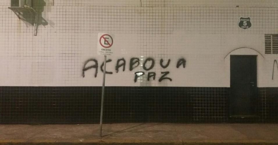 Torcedores do Santos criticam time e picham muro da Vila Belmiro