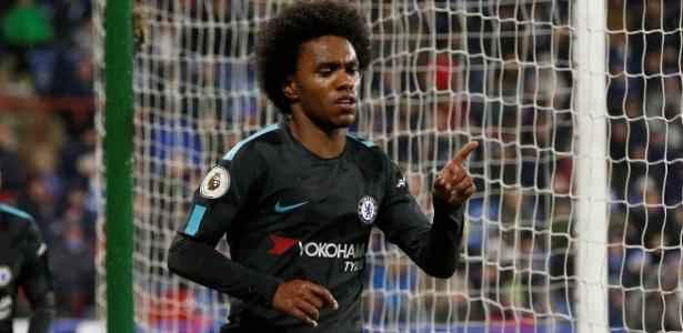 Willian comemora o segundo gol do Chelsea sobre o Huddersfield