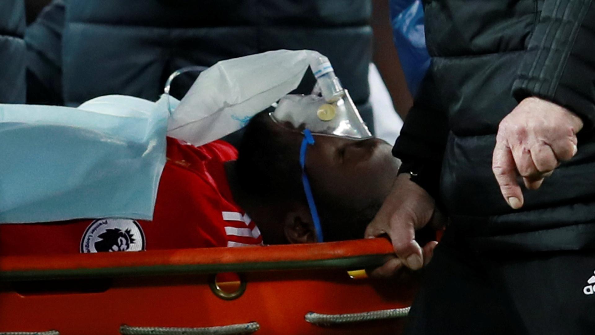 Lukaku sai do campo com máscara de oxigênio