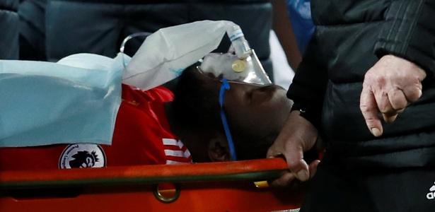 Lukaku deixa o campo na maca e com máscara de oxigênio