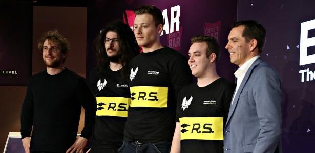 Renault apresenta jogadores de seu time de eSports