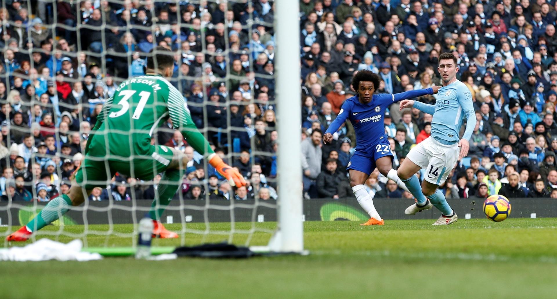 Willian cruza a bola durante o jogo entre Manchester City e Chelsea