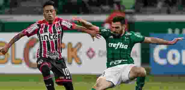 Bruno Henrique tenta desarmar Cueva no clássico entre Palmeiras e São Paulo - Marcello Zambrana/AGIF