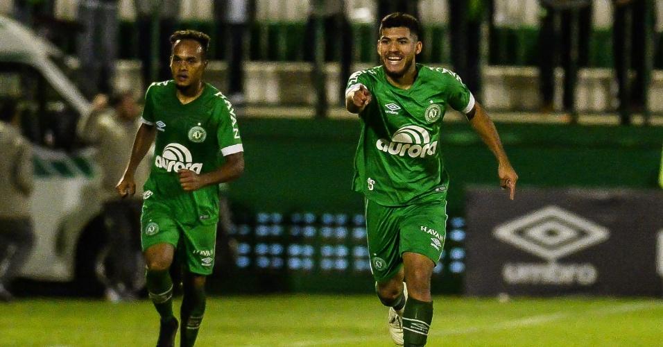 Jogo atrasou mais de uma hora | Com 'apagão' e polêmica, Chape vence o Cruzeiro em SC; veja os gols
